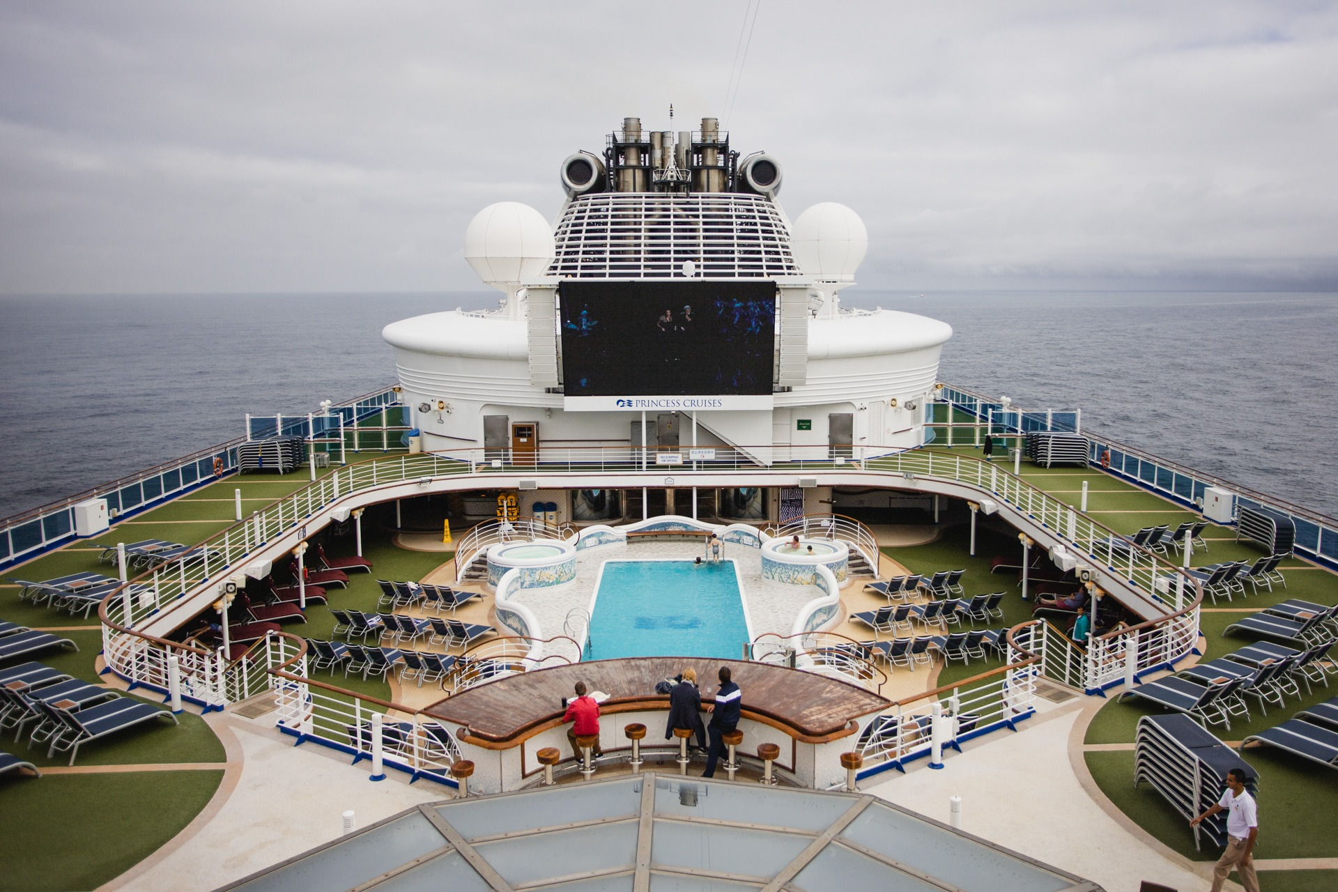 Princess-Cruises-Sapphire-Princess-cruise-ship-swimming-pool